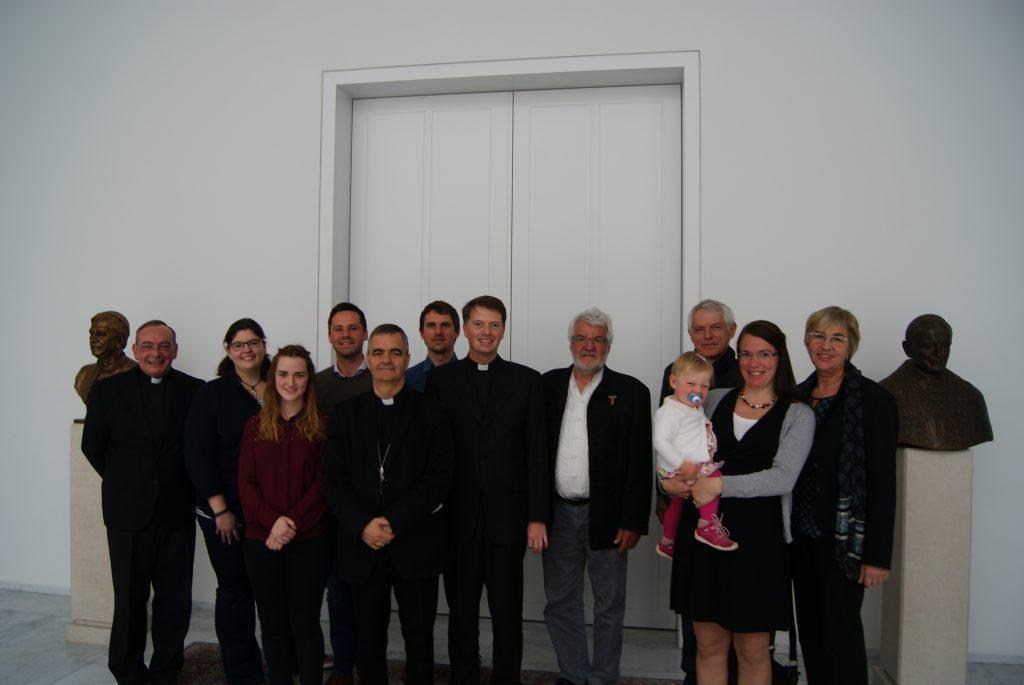 Nuntius Eterović (fünfter von links) und Msgr. Doetsch (erster von links) empfingen die Passionsspieler aus Salmünster in der Nuntiatur in Berlin.