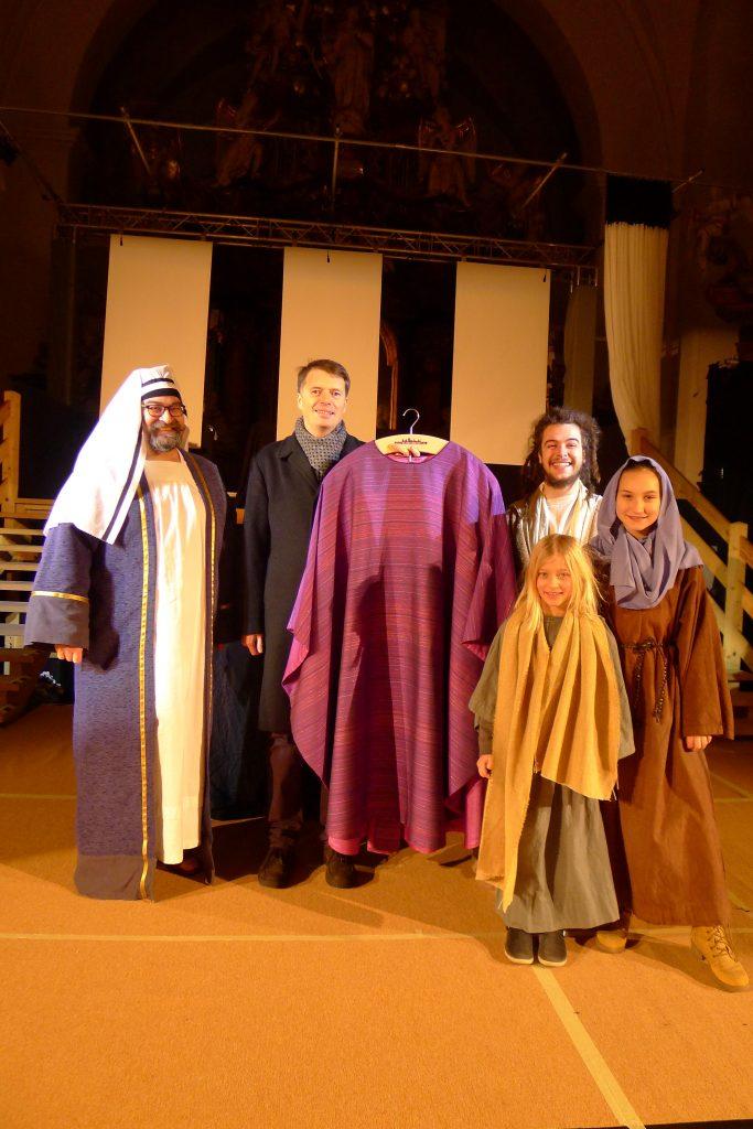 Dr. Pfarrer Müller mit einigen Passionsspielenden und dem neuen Messgewand