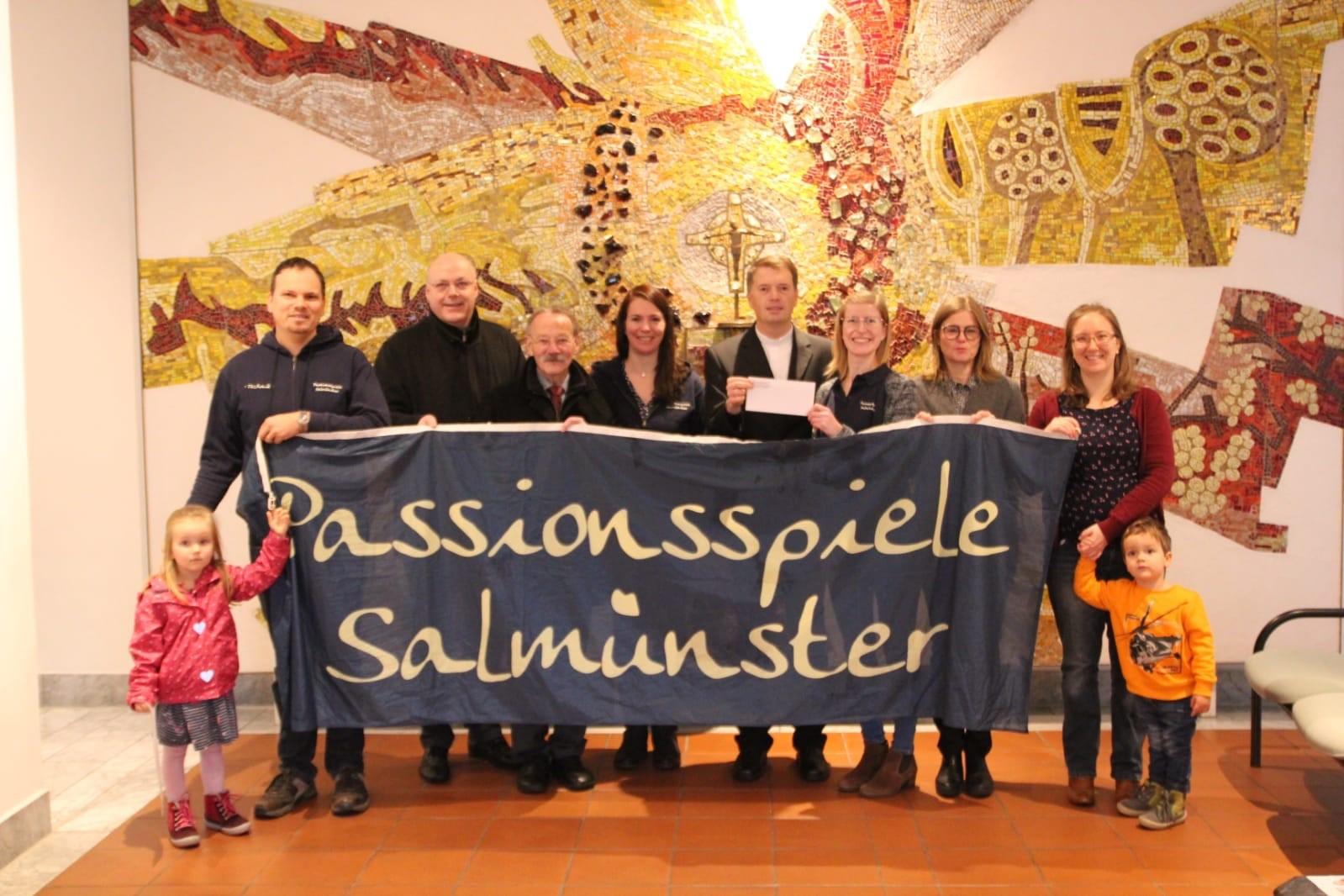 Passionsspiele Salmünster überreicht Spende an Pfarrgemeinde